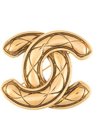 CHANEL CC diamond-quilted brooch
