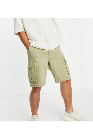 New Look Loose fit twill cargo shorts in khaki